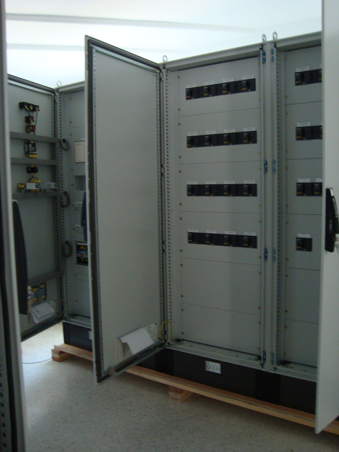 equipped fuse box / floor-mounted / metal / outdoor
