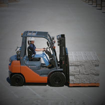Forklift with combustion engine / ride-on / medium-load / pneumatic tire