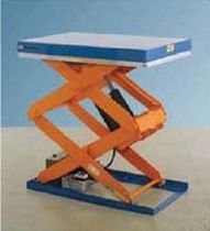 Triple-scissor lift table / hydraulic