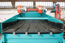 Linear vibrating screener / for bulk materials / for plastic pellets