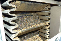 Corrugated belt conveyor / vertical
