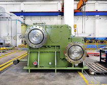 Parallel-shaft gearbox / large pinion / for roller mills
