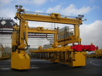 Straddle carrier with magnetic spreader / rubber-tired