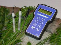 Water analyzer / pH / temperature / portable