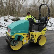Tandem road roller / vibrating / articulated