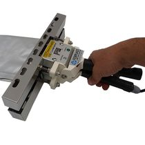 Manual heat sealer
