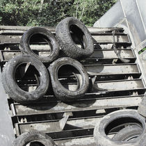 Tire recycling unit