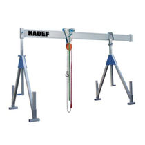 Stationary gantry crane / height-adjustable
