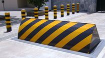Road blocker retractable bollard
