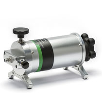 Manual calibration pump / low-pressure