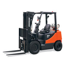 engine powered pneumatic tire forklift truck 3 000 - 7 000 lb Doosan Infracore America Corporation