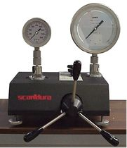 hydraulic pressure gauge comparator for pressure calibration max. 1 200 bar | MPA-C SCANDURA & FEM