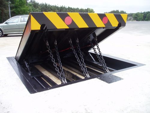Road blocker retractable bollard PAS68 | RB880CR Avon Barrier