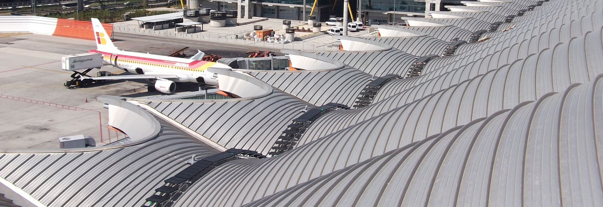 Kee Walk roof top walkway & Roof Safety is Kee at Spanish Airport - Cradley Heath UK - KEE SAFETY memphite.com