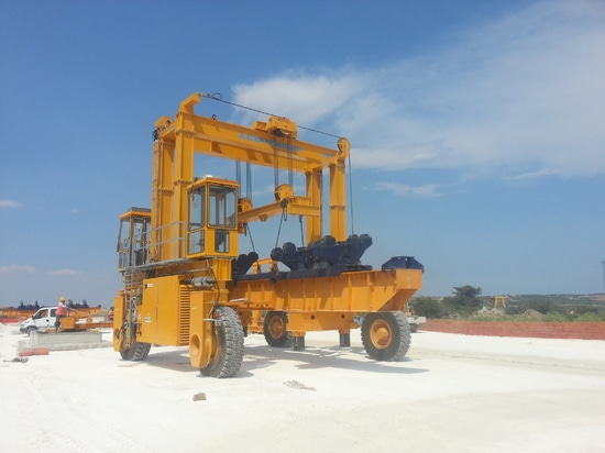 Straddle carrier 100t
