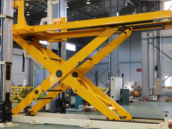 Lift table with lateral elevation systems : high position
