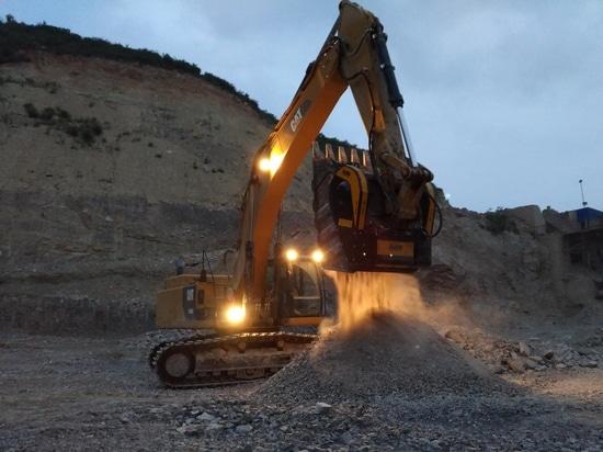 Crushing basalt in China with the crusher bucket BF135.8