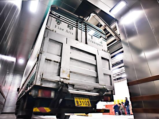 An unusual Truck Lift in Korea