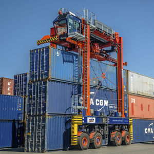 rubber-tired straddle carrier / for marine applications / for container handling / diesel engine