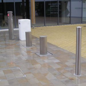 automatic retractable bollard / hydraulic / steel / for pedestrian areas