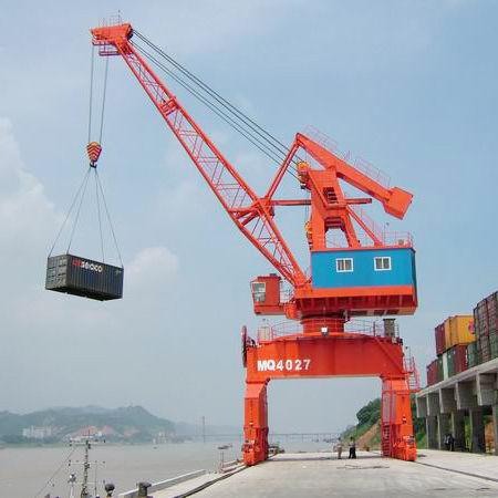 rail-mounted crane / boom / shipbuilding / harbor