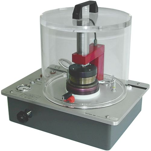 dielectric testing device / for insulating materials