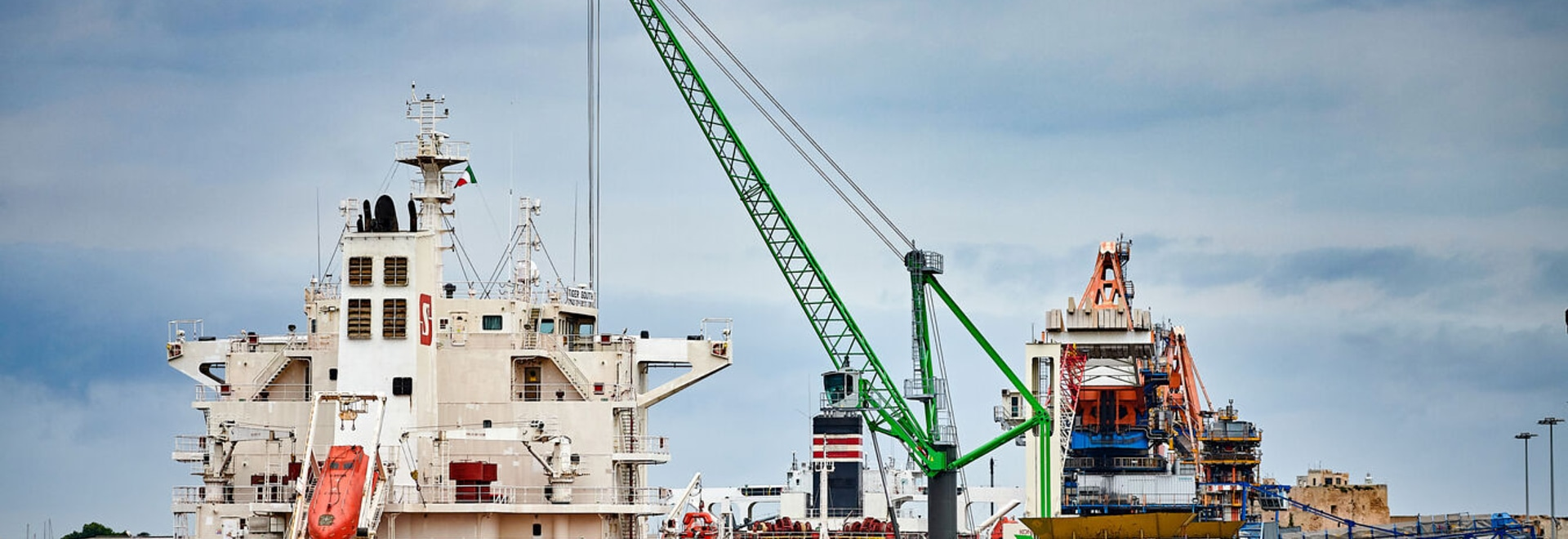 NEW DIMENSIONS IN THE PORT: HARBOUR MOBILE CRANE 9300 E NOW IN OPERATION IN ITALY