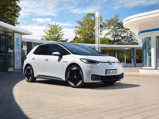 The new ID.3 Pro Performance, 150 kW / combined power consumption in kWh/100 km: 16.9 – 15.4 (WLTP); 15.4 – 14.5 (NEDC); combined CO2 emissions in g/km: 0; Efficiency class: A+