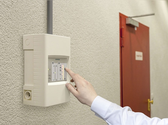 Aspirating smoke detector differentiates between smoke and dust