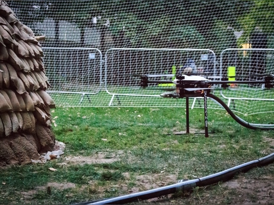 Mud-spraying drones build prototype for emergency homes