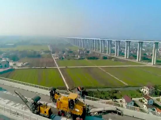 Video of XCMG milling units working on Hutong Yangtze River Bridge